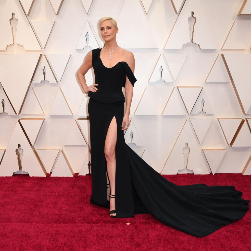 Charlize Theron affichait une longue robe noire signée Dior Couture.