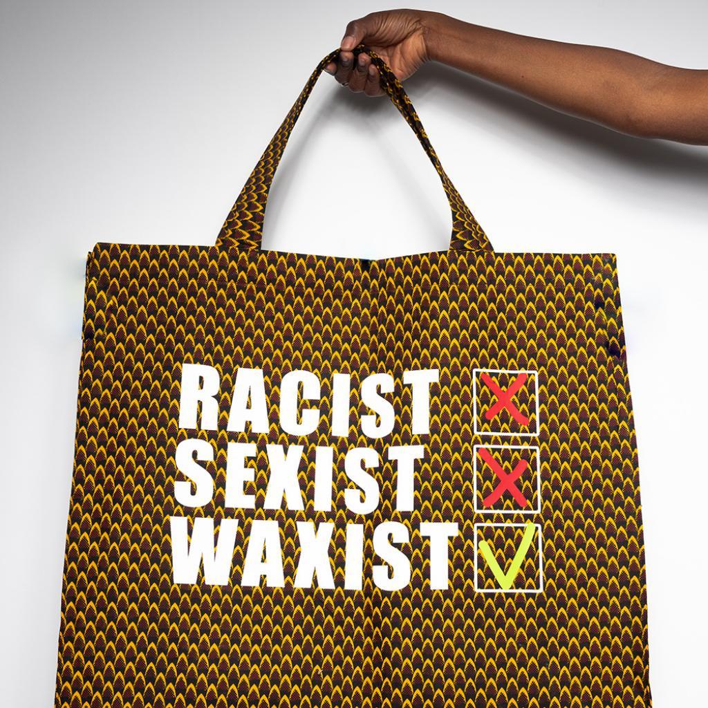 """En wax et rehaussé d'un message résolument féministe. Cabas XL Erratum, 150 € sur <a href=""""http://erratum.fashion """" target=""""_blank"""">erratum.fashion</a>"""