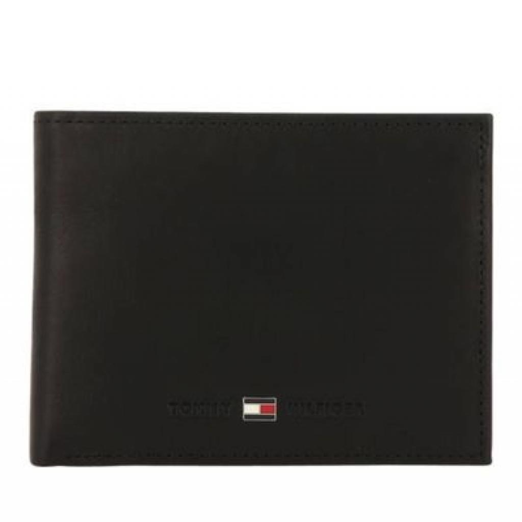 """<em>Un beau portefeuille Tommy Hilfiger, 49,90€,disponible <a href=""""https://be.tommy.com/FR/petit-portefeuille-am0am05871bds"""" target=""""_blank"""">ici</a>.</em>"""
