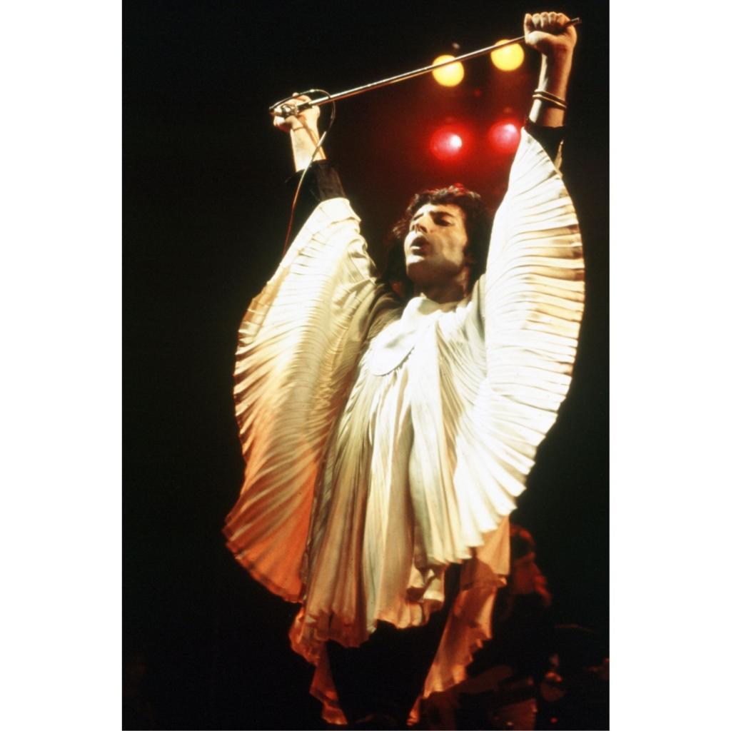 Elle a revetu Freddie Mercury d'un haut plisse devenu iconique, et denude les epaules de Lady Di.