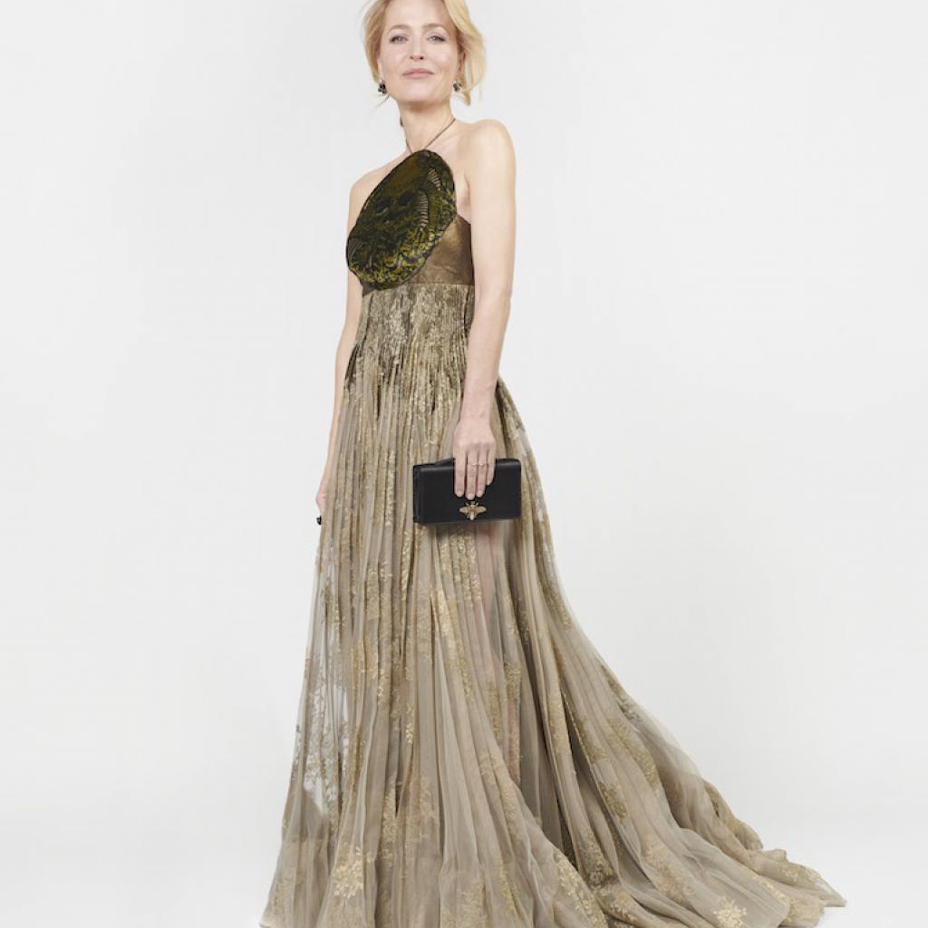 Gillian Anderson portait une longue robe plissée Dior Haute Couture de la collection Printemps-Eté 2021, une pochetteet des chaussures Dior.<em>@Image Credit: : Andreas Ortner</em>