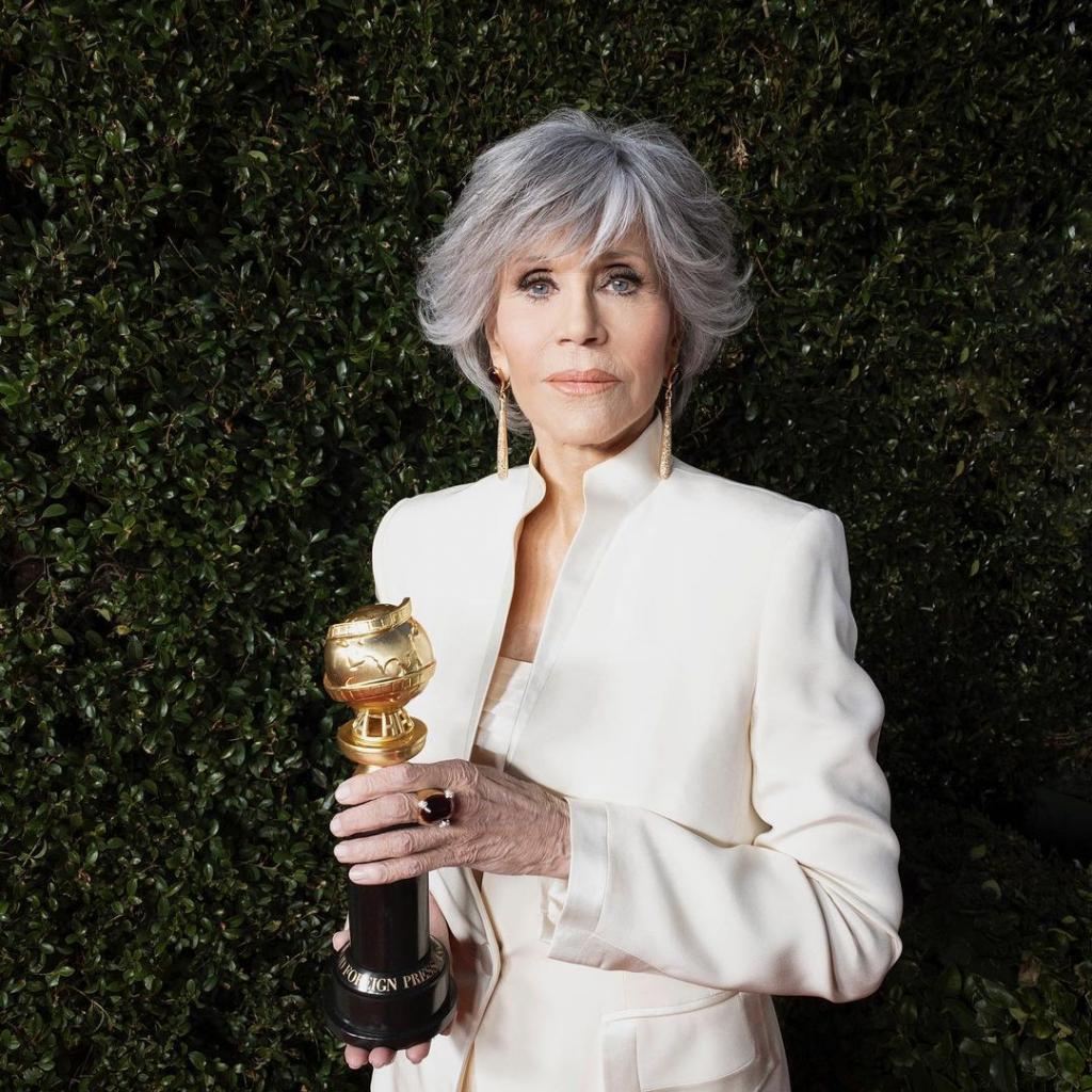 Jane Fondaportait un costume en soie pioché dans sa garde-robe ainsi quedes boucles d'oreilles et une bague en diamantPomellato.<em>@Credit photo : @goldenglobes on Instagram</em>