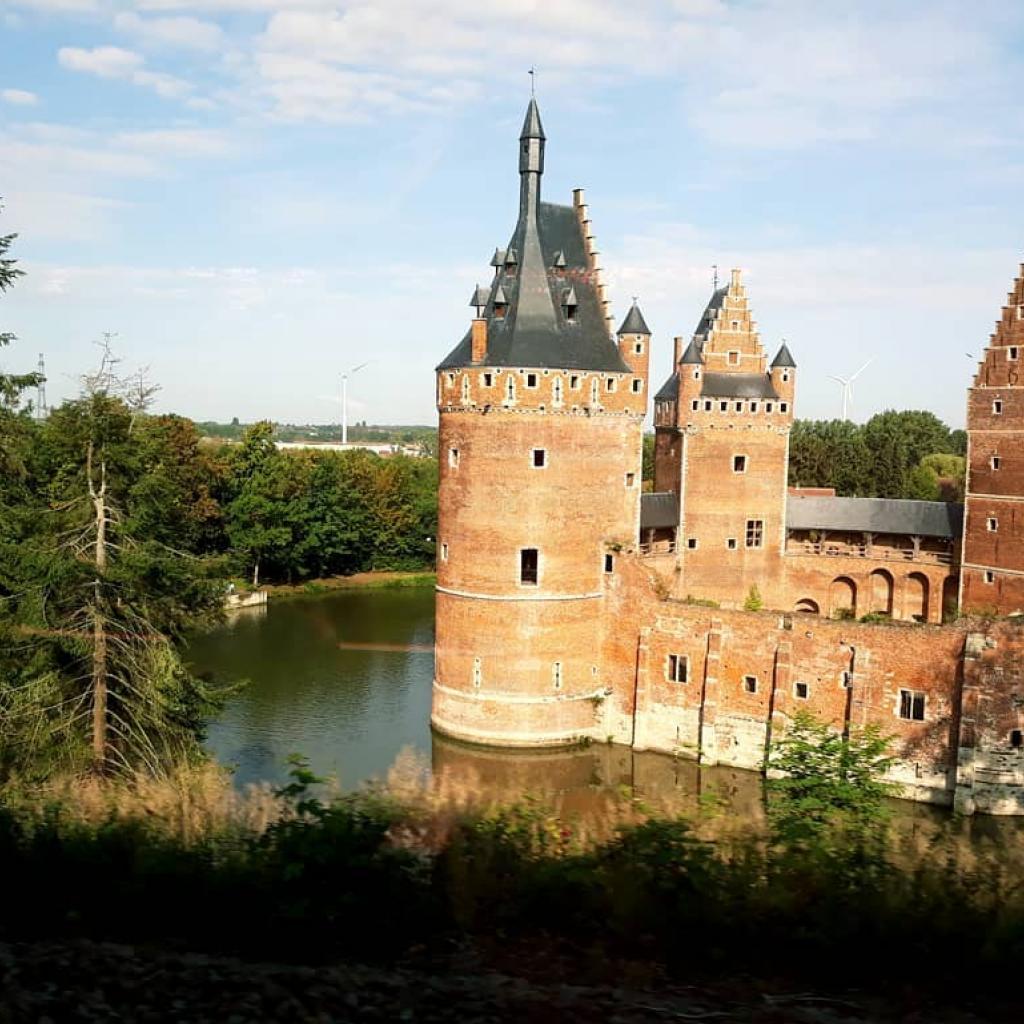 Datant de l'époque du Moyen-Âge, ce château a conservéson architecture militaire du 15esiècle, ses cachots, son pont-levis et ses salles de torture. Selon la légende, les fantômes feraient leurapparitiondurant des périodes de tensions politiques et sociales.