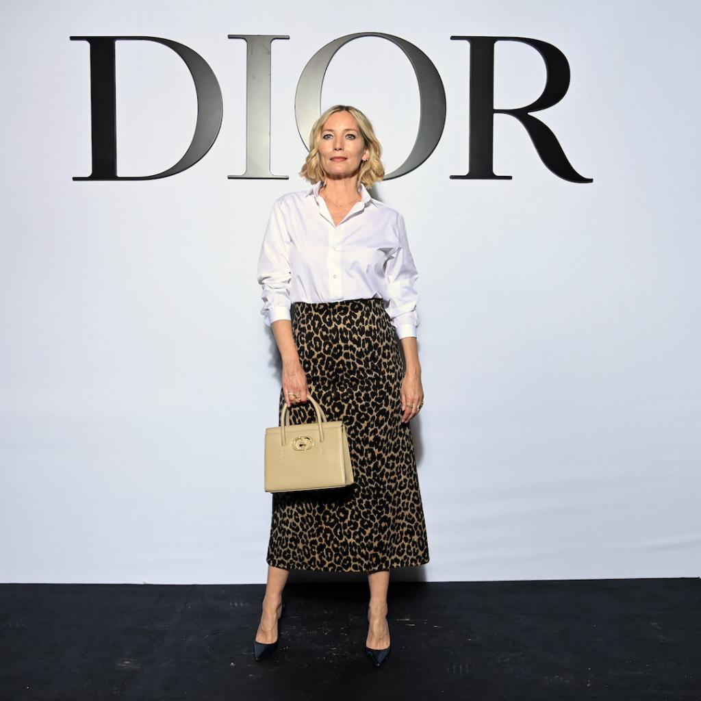 Lucie de la Falaise, la muse d'Yves Saint Laurent, était également aux premières loges de ce défilé. Elle était vêtue d'unejupe en laine et cachemire de la collection Dior Hiver 2021-2022.