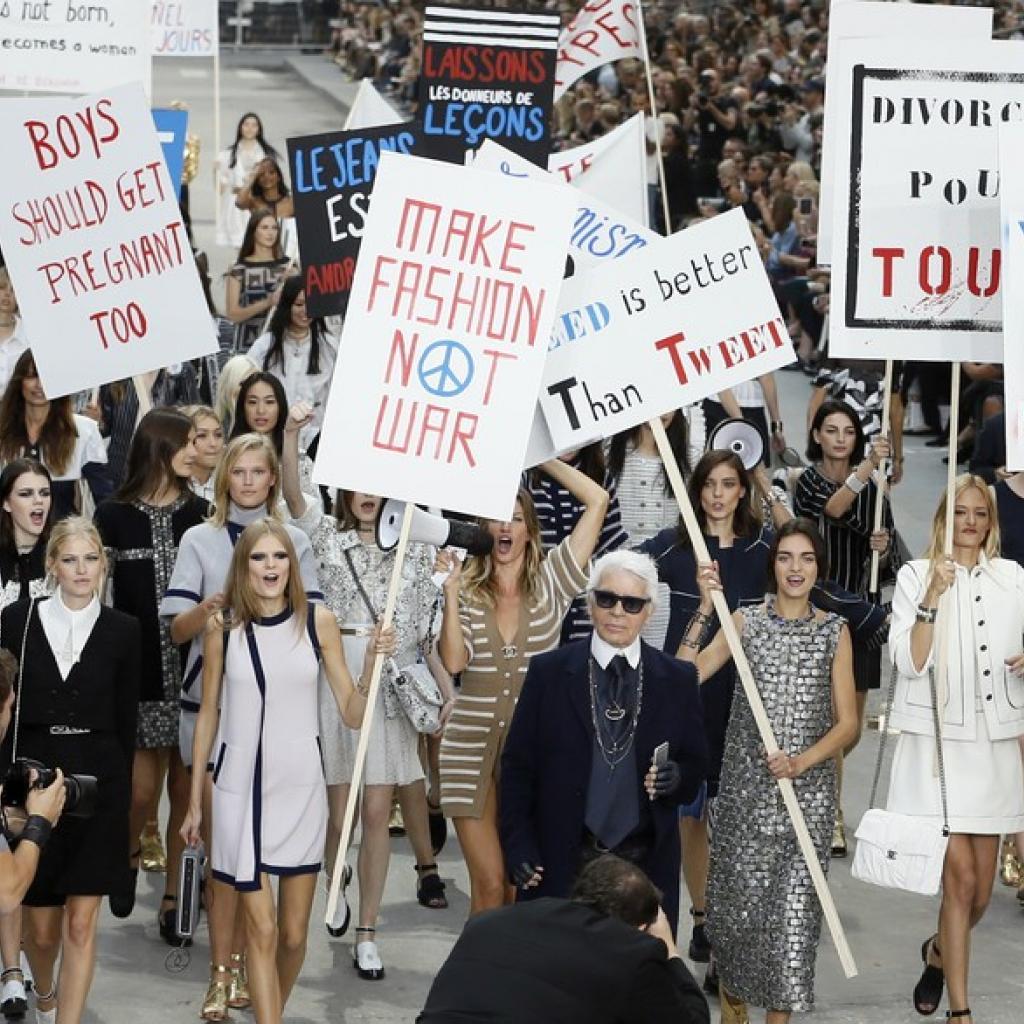 À l'époque, Chanel avait également organisé le premier défilé manifestation féminine. Les mannequins défilant sur le « Boulevard Chanel » tenaient des pancartes et gramophones pour scander des slogans féministes.