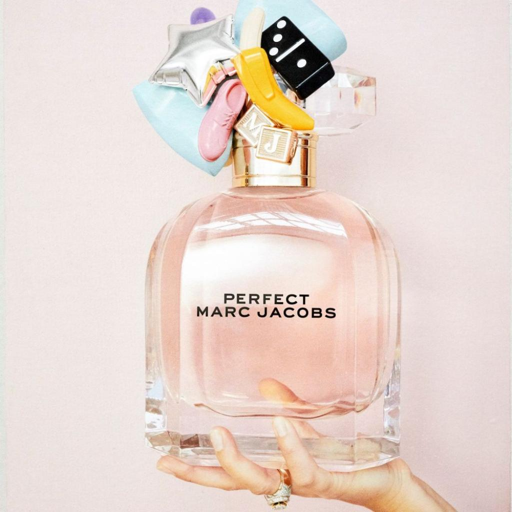 Elle est espiègle et sûre d'elle,<br />Ce parfum floral stimulant célèbre l'optimisme, et l'originalité. Un face-à-face de notes florales fraîches et de notes douces et apaisantes. Rhubarbe, cachemire et lait d'amande.<br />MARC JACOBS, Perfect, eau de parfum, 122,90€