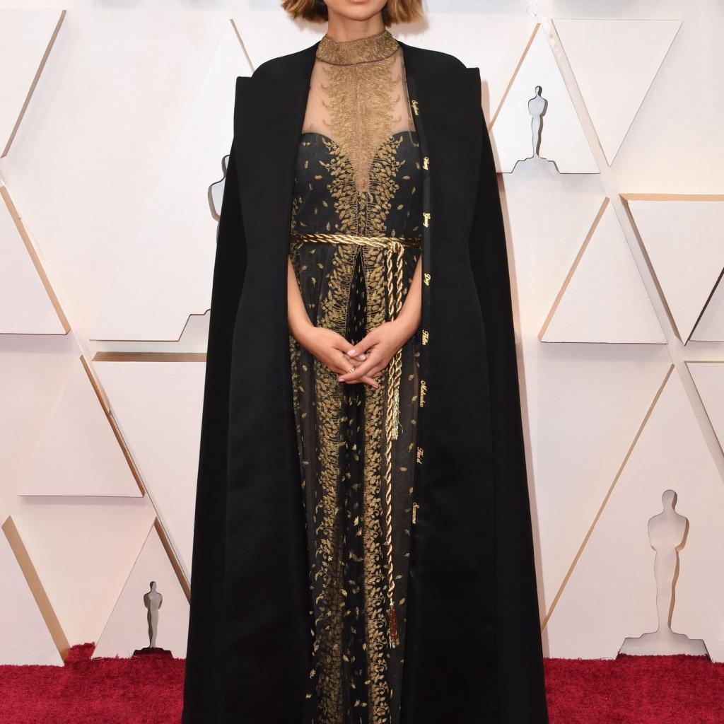 Natalie Portman s'est fait remarquer avec une cape noire Dior sur laquelle elle avait fait broder le nom de cinéastes qui étaient selon elle, écartées de fameux injuste de ce classement prestigieux.