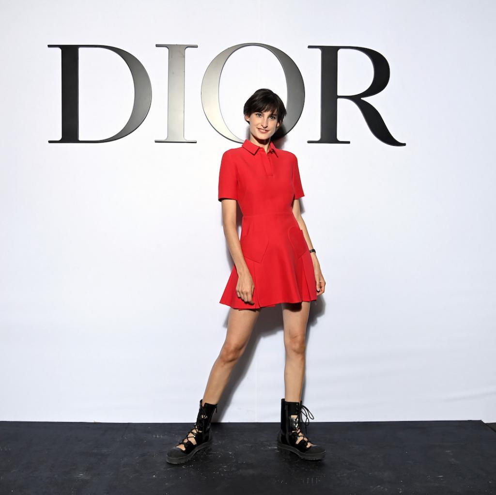 Nine D'Urso, la fille d'Inès de la Fressange était ravissante dans sa petite robe rouge et sa nouvelle coupe courte.