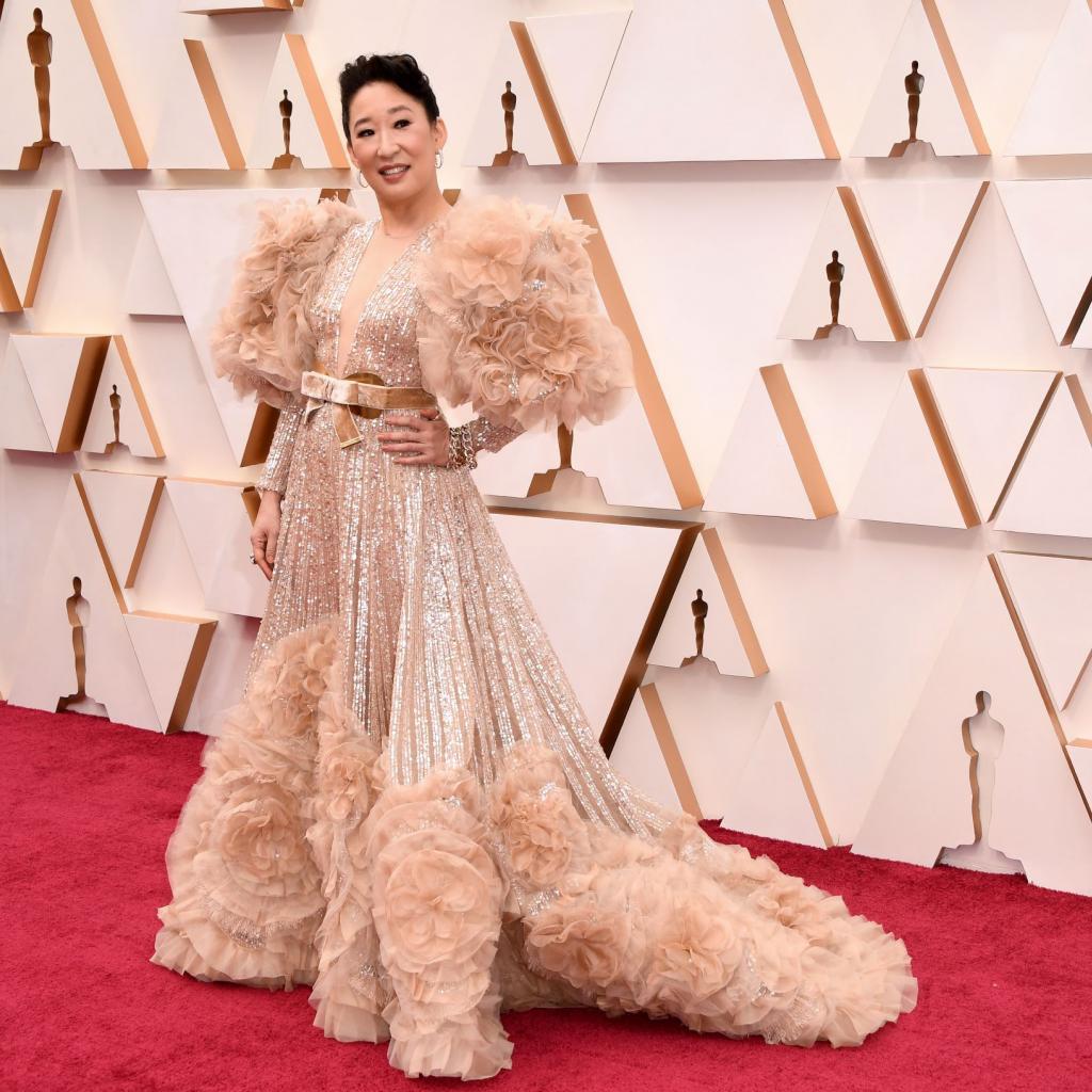 Sandra Oh est apparue dans une robe à froufrou signée Elie Saab Couture.