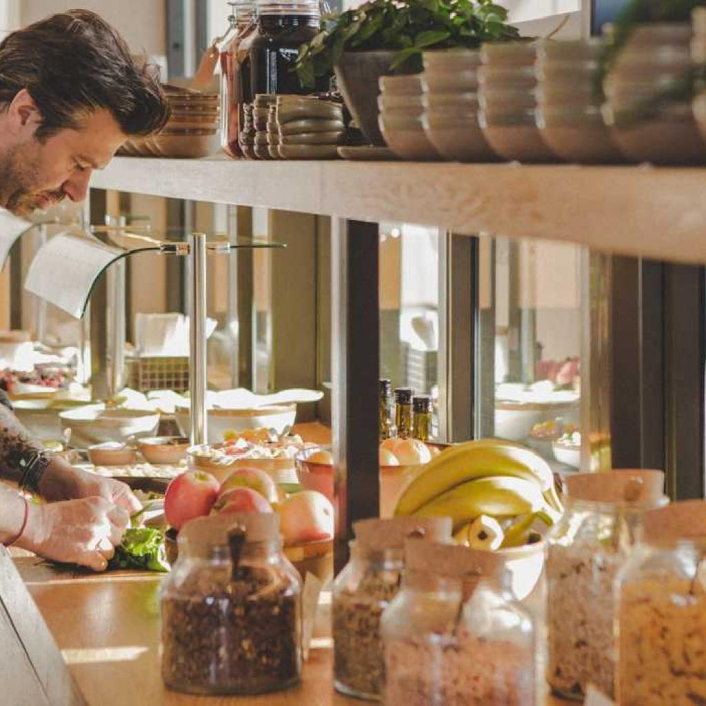 Le chef Sergio Herman supervise l'offre du petit-dejeuner du Pine House pour le Strandhotel.