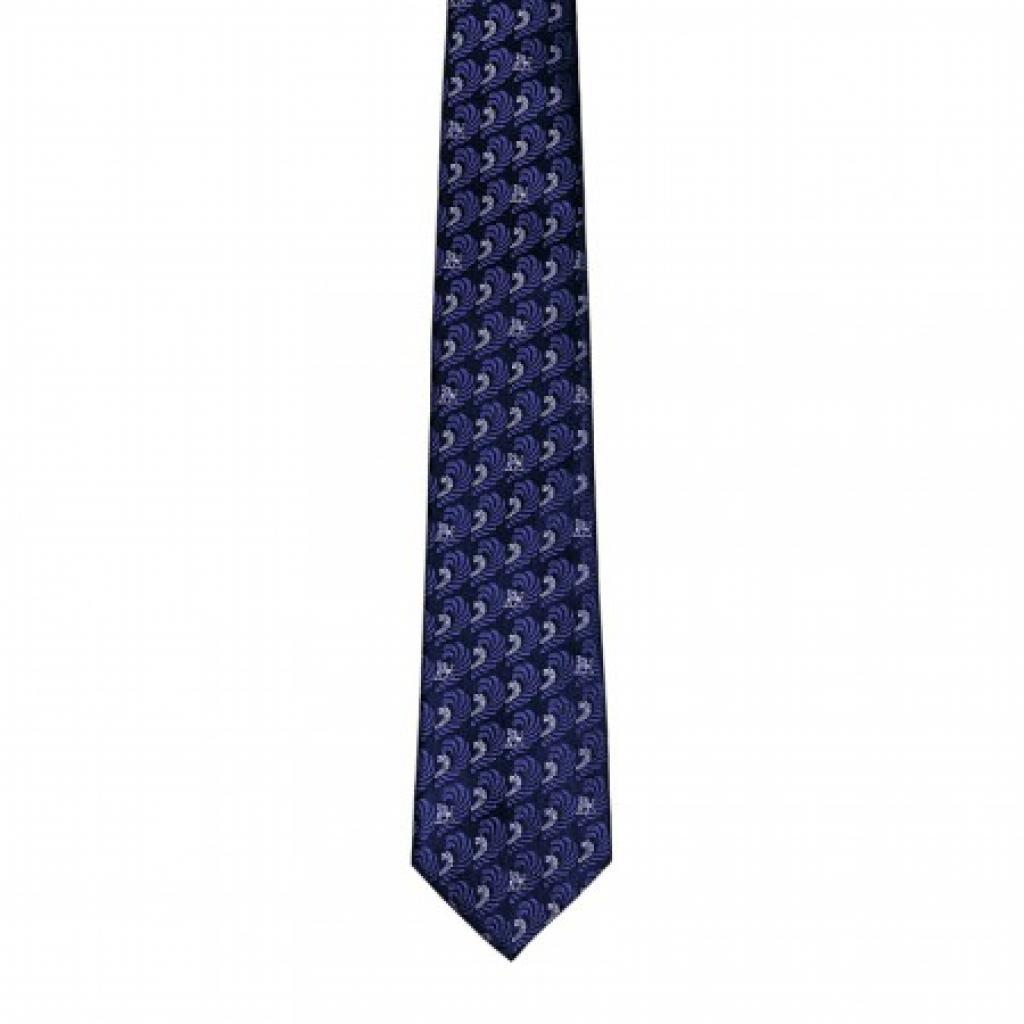 """<em>Une cravate en soie, Freywille, 115 €, disponible <a href=""""https://shop.freywille.com/be/men-s-collection/silk-ties/silk-tie-magic-sphinx-gms-660sj6-1-bl3.html"""" target=""""_blank"""">ici.</a></em>"""