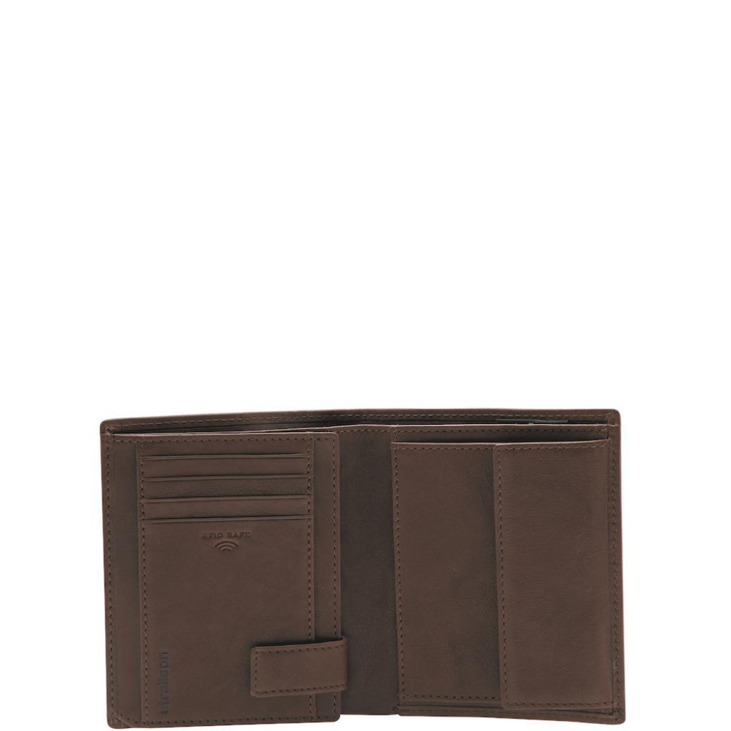 "<em>Portefeuille en cuir, Strellson, 39,95 €, disponible <a href=""https://strellson.com/be/fr/portefeuilles-etuis/c/wallets"" target=""_blank"">ici</a>.</em>"