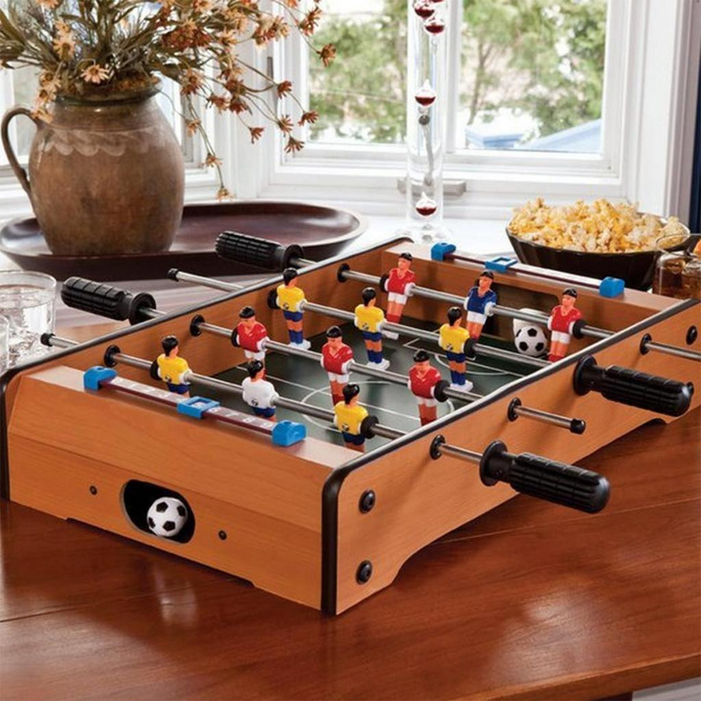 "<em>Un baby foot de table, 29,95€,disponible <a href=""https://www.cadeauxfolies.fr/baby-foot"" target=""_blank"">ici</a>.</em>"