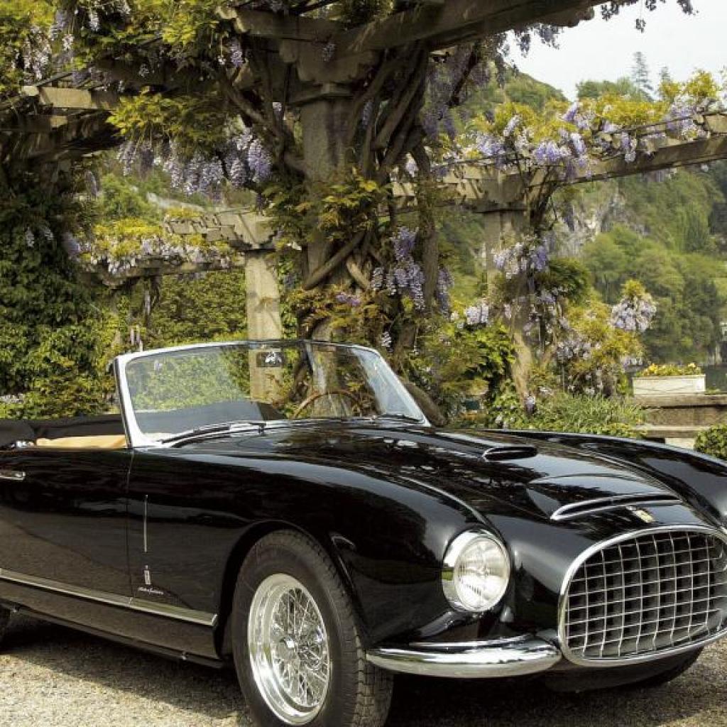 Il s'agit sans aucun doute, de la plus sensationnelle des voitures possédées par un Roi des Belges, qui fût livrée en mai 1953 au roi Léopold III de Belgique..