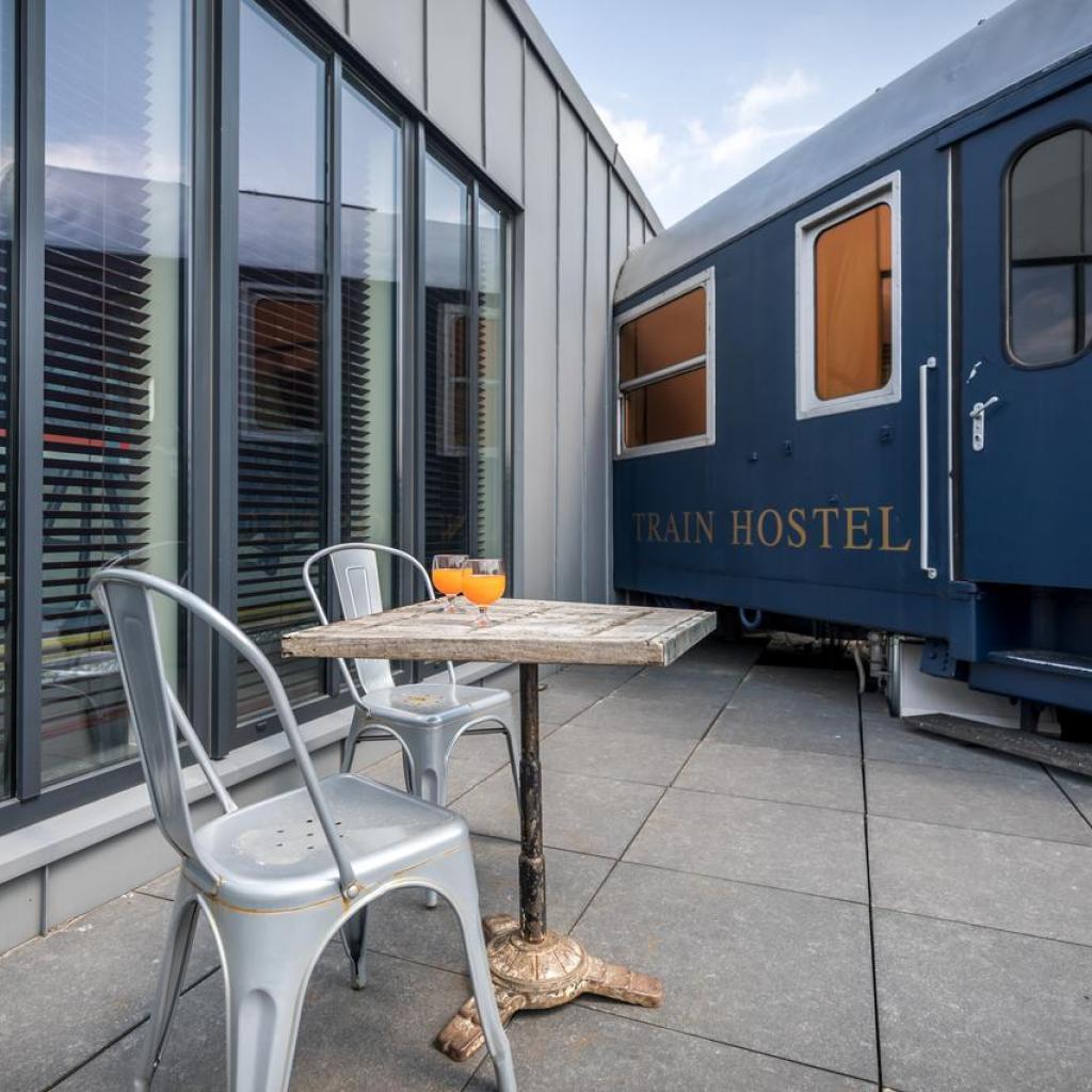 """A côté de Train World, tout au Train Hostel fait référence à l'univers ferroviaire. Les chambres sont des reproductions de cabines, où l'on peut loger à plusieurs. Le must ? La suite sur le toit, dans une vraie tête de train rénovée ! <a href=""""http://trainhostel.be"""" target=""""_blank"""">Les infos ici</a>"""