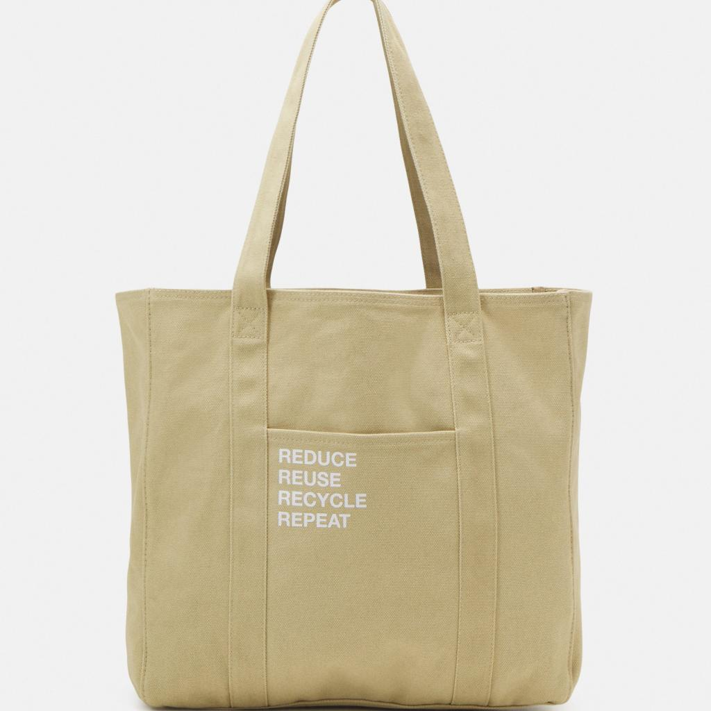 """Un tote bag en coton qui affiche clairement ses ambitions. Cabas Zign, 14,99 € sur <a href=""""http://zalando.be"""" target=""""_blank"""">zalando.be</a>"""