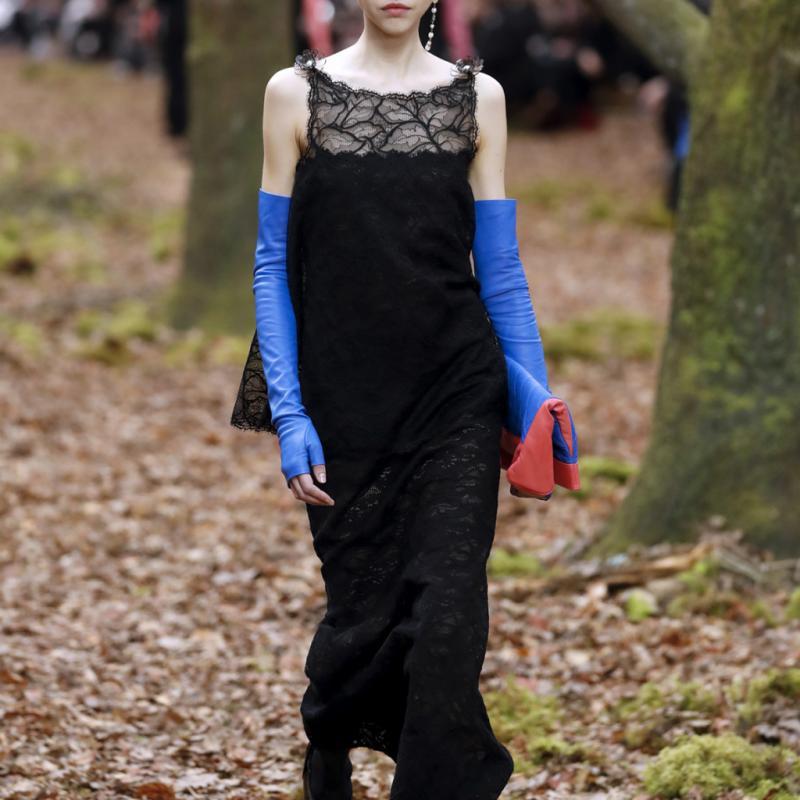 Avec 106 défilés entre juin 2017 et mai 2018, la Française Léa Julian se hisse au sommet des mannequins les plus convoités sur les podiums. Défilé Chanel automne-hiver 2018-2019.