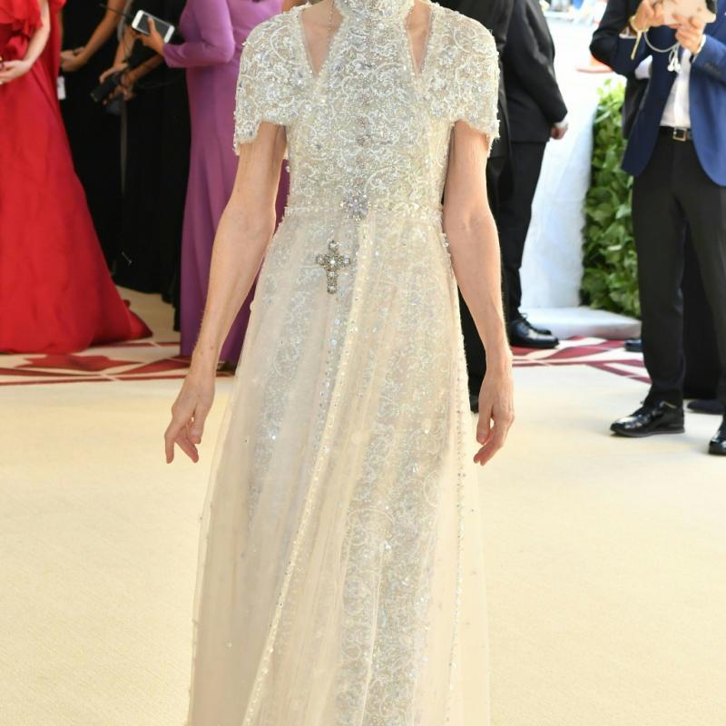 Anna Wintour a joué la carte de l'élégance et de la simplicité, arborant une longue robe Chanel ponctuée de croix. New York, le 7 mai 2018. © Hector RETAMAL / AFP