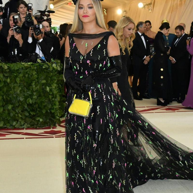 Rita Ora a foulé le tapis rouge dans une longue robe noire ornée de cristaux et de détails en plexi colorés, signée Prada. New York, le 7 mai 2018. © Hector RETAMAL / AFP