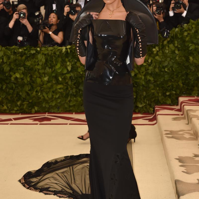 Bella Hadid a choisi une sublime robe sombre, mixant les matières et multipliant les croix, signée Chrome Hearts x Gareth Pugh. New York, le 7 mai 2018. © Hector RETAMAL / AFP