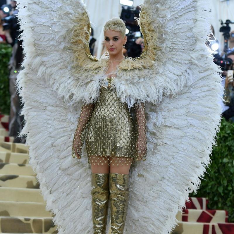 Katy Perry a elle aussi marqué cette soirée mode, déployant des ailes impressionnantes, qui accompagnaient une mini-robe et des cuissardes couleur or. Le tout confectionné par Atelier Versace. New York, le 7 mai 2018. © Hector RETAMAL / AFP