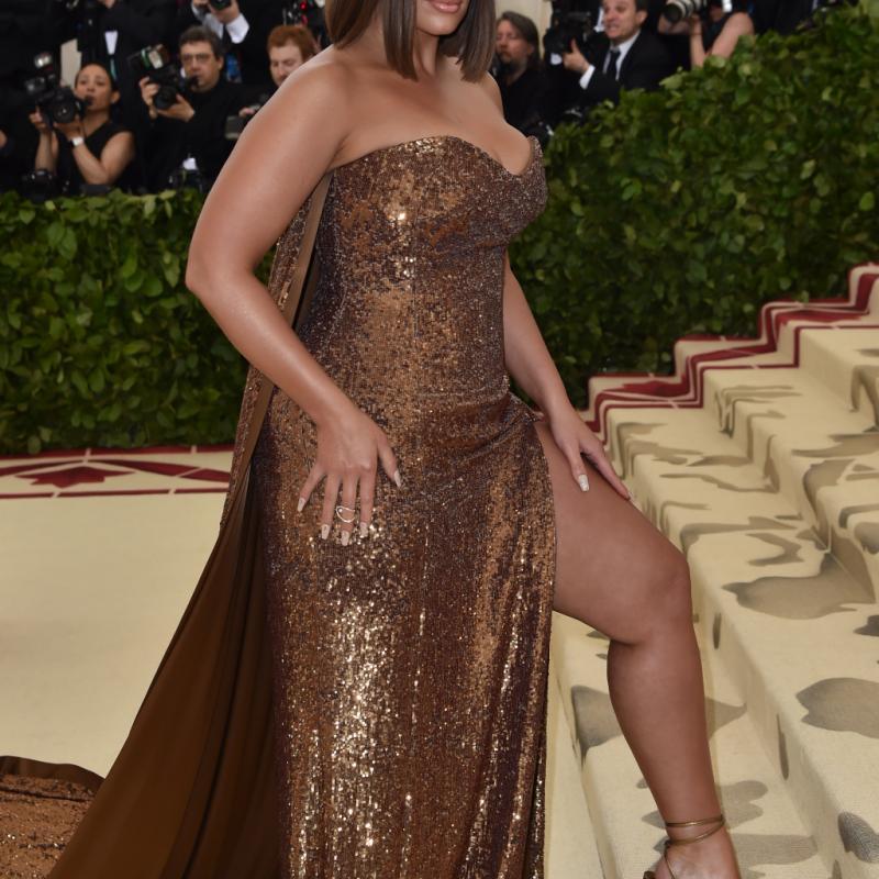 Chic et sexy, Ashley Graham portait une robe bustier fendue entièrement brodée de sequins, brillant de mille feux. La tenue a été imaginée par Atelier Prabal Gurung. New York, le 7 mai 2018. © Hector RETAMAL / AFP