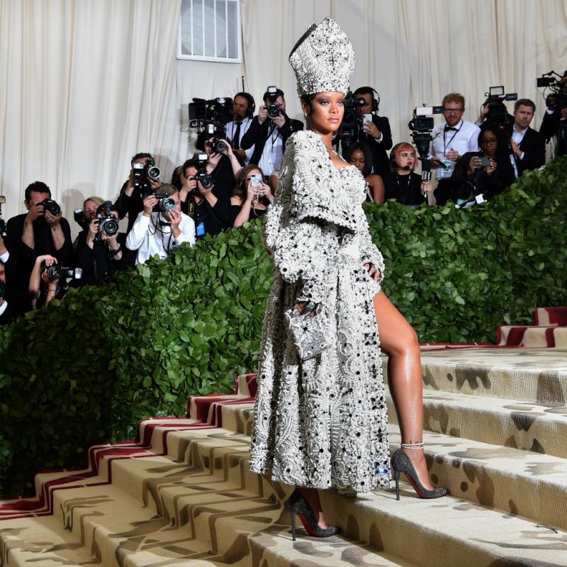 Rihanna a fait une arrivée spectaculaire au Met Gala, dans une tenue Atelier - Maison Margiela qui a nécessité plusieurs centaines d'heures de travail. New York, le 7 mai 2018. © Hector RETAMAL / AFP