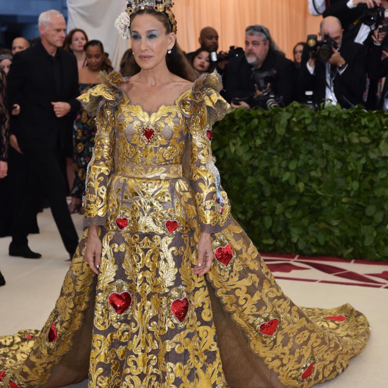 Sarah Jessica Parker a parfaitement respecté le thème de la soirée, arborant une robe spectaculaire brodée d'ornements baroques couleur or et de coeurs. La tenue est issue de la collection Alta Moda de Dolce & Gabbana. New York, le 7 mai 2018. © Hector RETAMAL / AFP