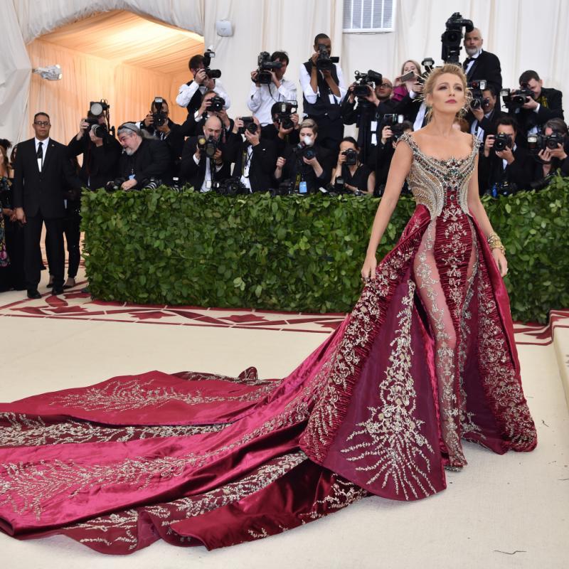 Comme à son habitude, Blake Lively était éblouissante dans une robe rouge sombre Atelier Versace, ornée d'un bustier incrusté de cristaux et d'une traîne surdimensionnée. New York, le 7 mai 2018. © Hector RETAMAL / AFP