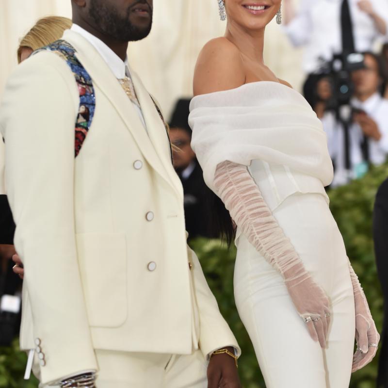 Kendall Jenner s'est démarquée dans une combinaison pantalon d'un blanc immaculé signé Off-White. Une tenue sobre et céleste qui contraste avec les autres looks de la soirée. New York, le 7 mai 2018. © Hector RETAMAL / AFP