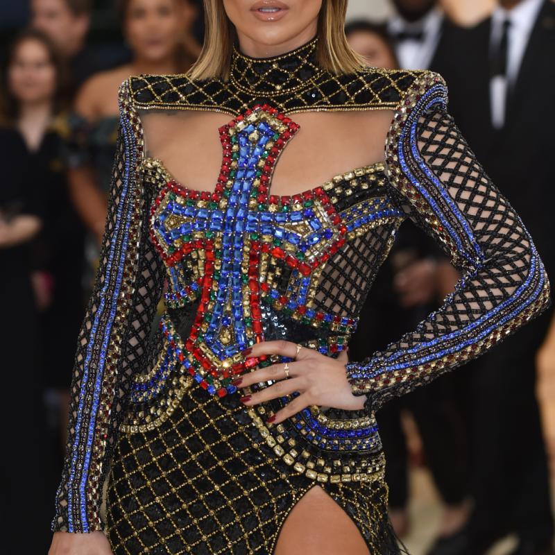 Jennifer Lopez a elle aussi respecté le thème à la lettre, foulant le tapis rouge dans une robe sculpturale signée Balmain, ornée d'une croix au niveau de la poitrine. New York, le 7 mai 2018. © Hector RETAMAL / AFP