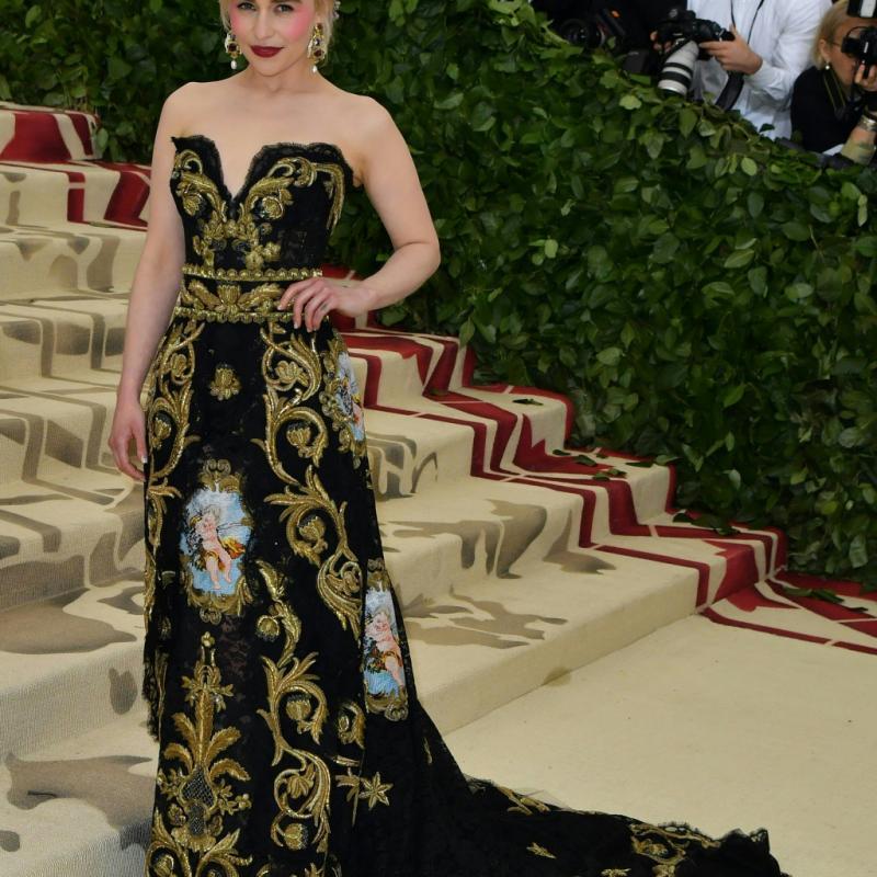 Emilia Clarke portait une robe corset noire Alta Moda par Dolce & Gabbana, sublimée par des ornements couleur or. New York, le 7 mai 2018. © Hector RETAMAL / AFP