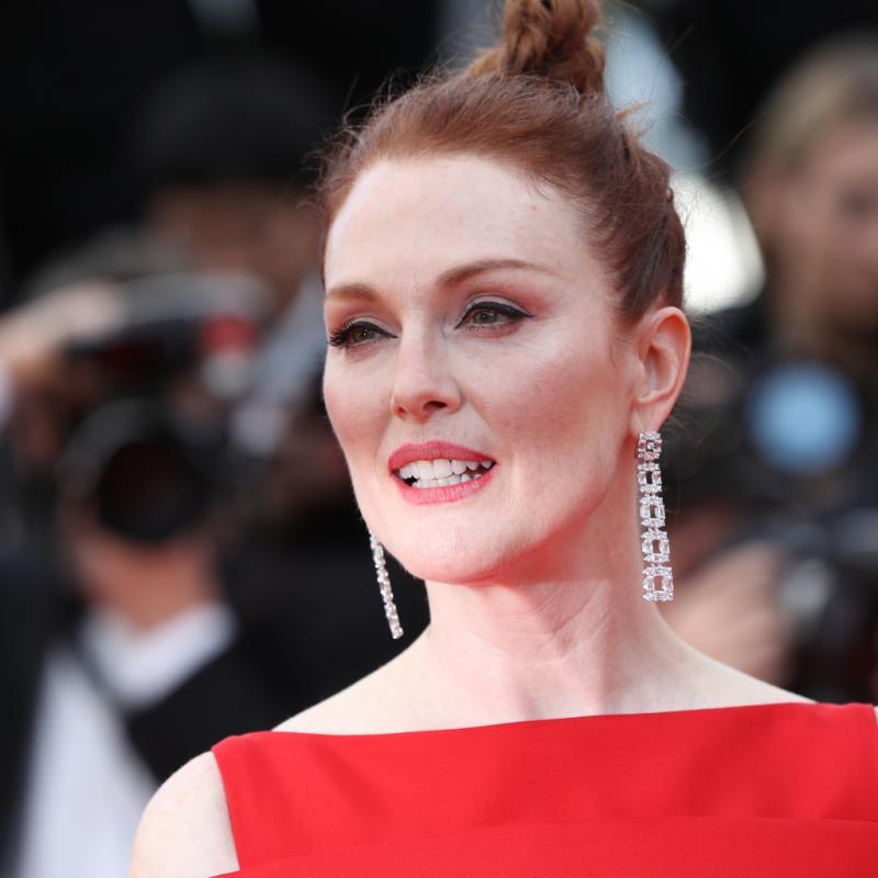 Julianne Moore a jeté son dévolu sur une paire de pendants en or et diamants signée Chopard. Cannes, le 8 mai 2018.