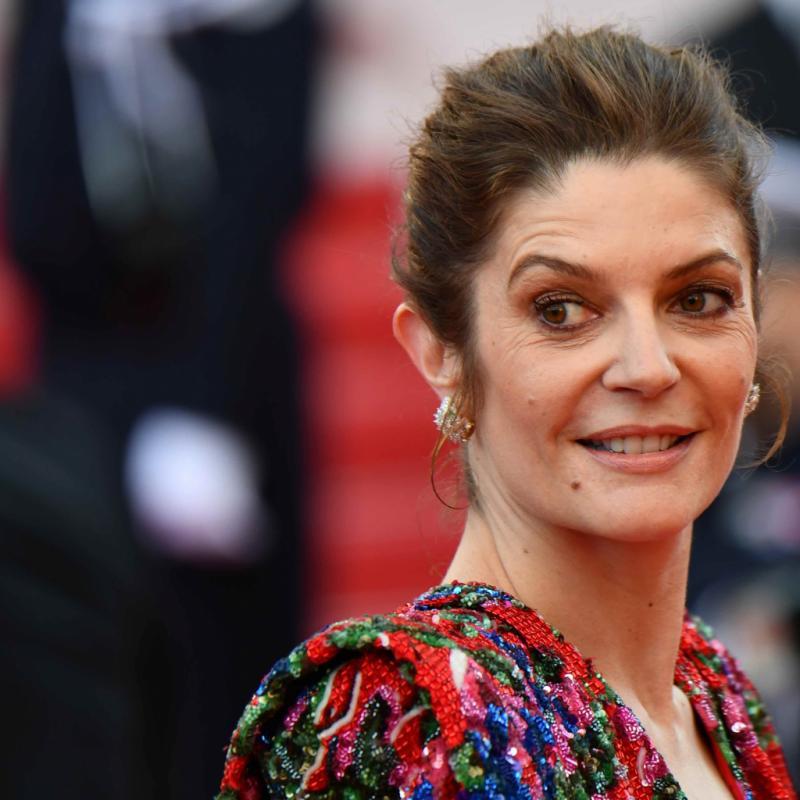Chiara Mastroianni a accessoirisé sa robe Saint Laurent de boucles d'oreilles haute joaillerie Serpenti, signées Bulgari, en or jaune, diamants et émeraudes. Cannes, le 8 mai 2018.