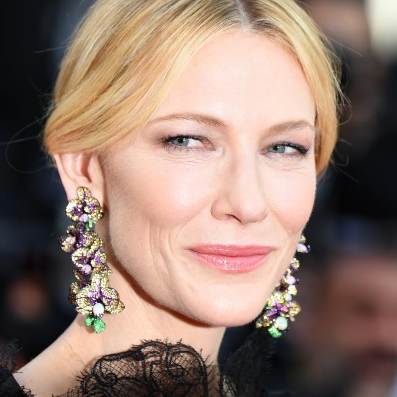 """La présidente du jury Cate Blanchett portait des boucles d'oreilles en forme d'orchidées issues de la """"Red Carpet Collection"""" de Chopard pour la première montée des marches du 71e Festival de Cannes. Le 8 mai 2018."""