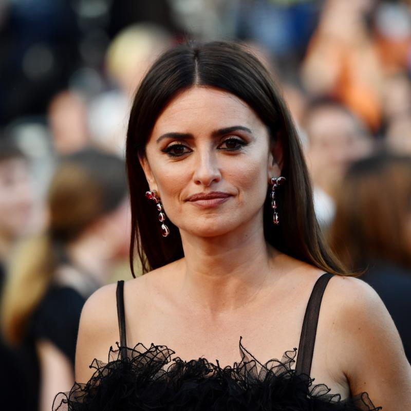 Penélope Cruz s'est associée à Atelier Swarovski pour créer une ligne de joaillerie fine durable, qui sera présentée en juillet, incluant ces boucles d'oreilles en or blanc 18 carats responsable, serti de diamants et de rubis. Cannes, le 8 mai 2018.