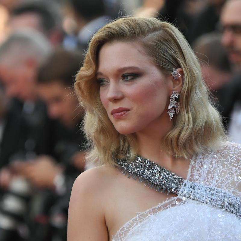 Parfaitement assortis à la robe de Léa Seydoux, les pendants d'oreilles asymétriques 'Lierre de Paris' de Boucheron, en or blanc et diamants, ont illuminé le tapis rouge. Cannes, le 8 mai 2018.