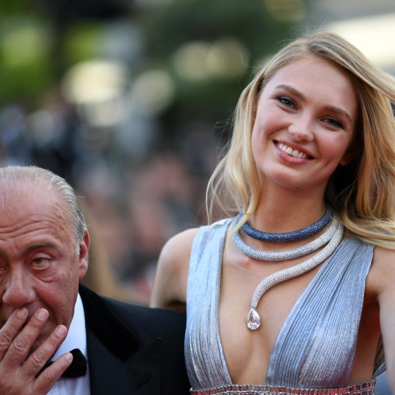 Romee Strijd arborait un collier spectaculaire De Grisogono pour sa 1e montée des marches. Il s'agit d'un collier haute joaillerie en or blanc, serti d'un diamant blanc taille poire, de saphirs bleus, et de diamants blancs. Cannes, le 8 mai 2018.
