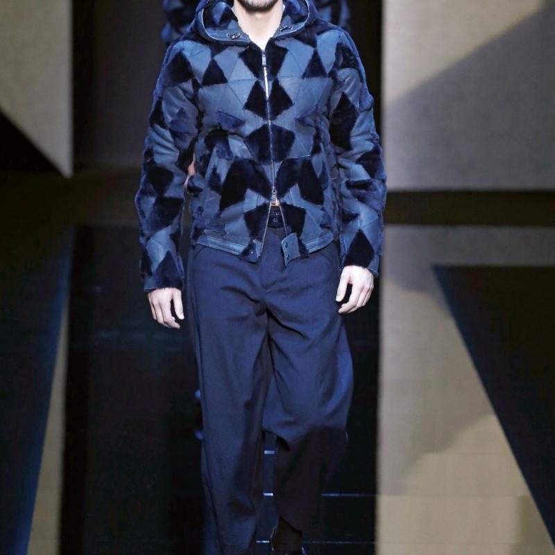 L'homme 2017 est, résolument, streetwear. ARMANI le sait, lui qui revisite les codes de cettemode, de façon classieuse. Ethnochic, le dandy Armani est bombers, oui, mais impriméd'inspiration africaine sur pantalon ultrastylé. I.P.<br /><em>© Belga Image</em>