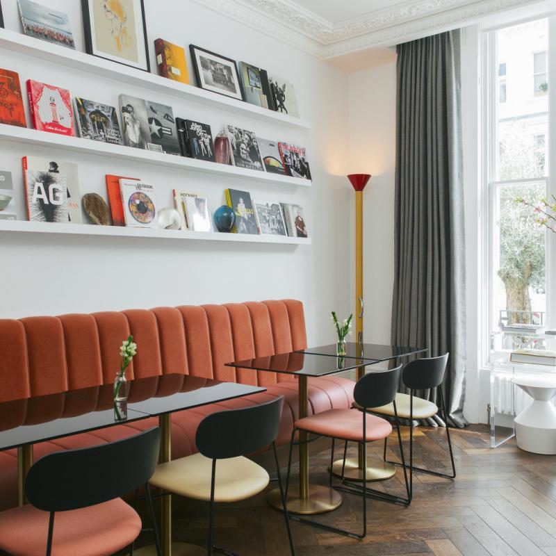 """Au cœur de Notting Hill, c'est l'hôtel contemporain en plein. En bien. Niché dans des maisons victoriennes typiquement londoniennes, The Laslett adopte un style qui fait écho à l'époque. Un luxe raffiné et relax, un amour indiscutable du beau, un attachement à l'art. Ici on sirote un cocktail, on pioche dans la bibliothèque hyperpointue, on se régale des créations réalisées, pour les lieux, par des artistes. Mais on se la coule douce. Surtout. Avant de filer chiner sur Portobello Road, juste à côté.<em>8 Pembridge Gardens, Londres W2 4DU, Royaume-Uni<br />T. +44 20 7792 6688, <a href=""""http://www.living-rooms.co.uk"""">www.living-rooms.co.uk</a></em>"""