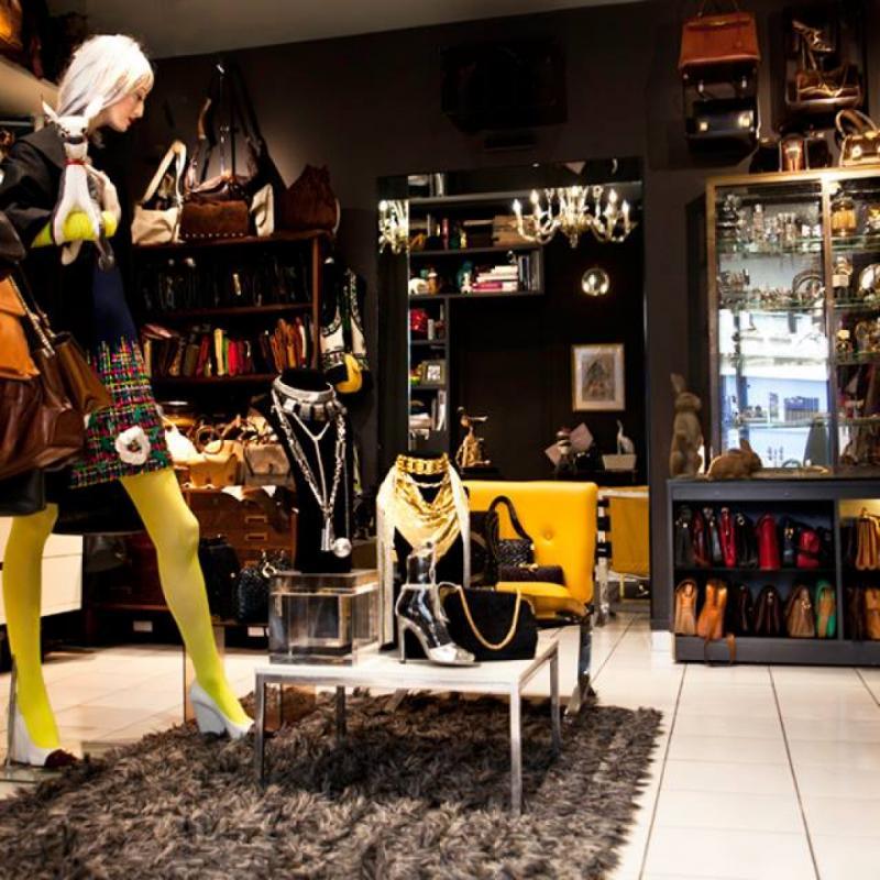 Une boutique vintage géniale tenue par un ami, avec une sélection tellement pointue qu'elle est fréquentée par tous les grands tendanceurs et stylistes. Le Belge Olivier Theyskens y a même acheté une de mes vestes !<br />21, rue du Pont aux Choux, 75003.