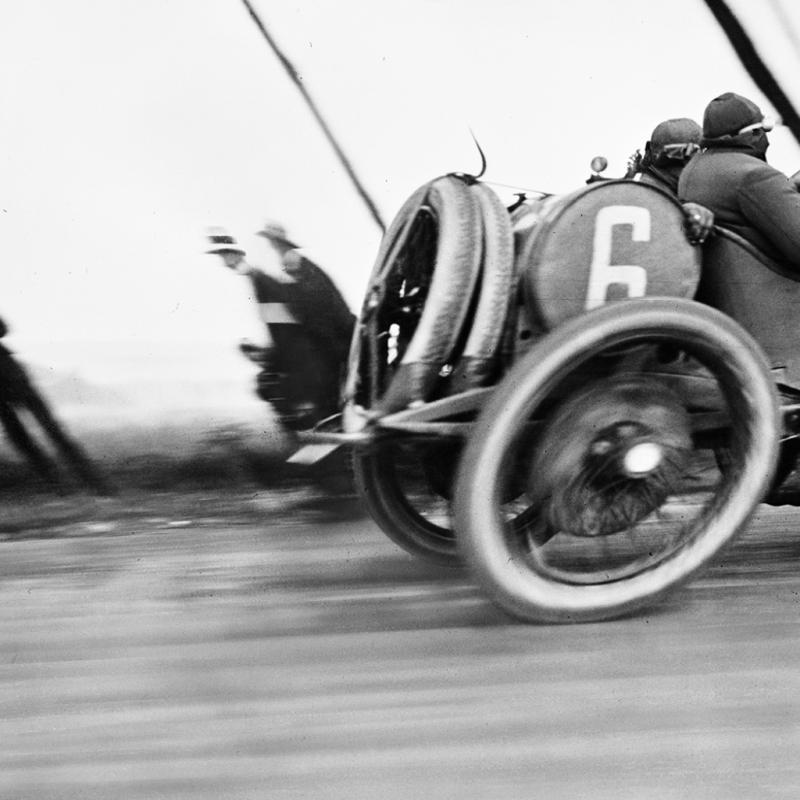 Jacques Henri Lartigue. Grand Prix de l'ACF, Automobile Delage, Circuit de Dieppe, 26 juin 1912<br />Tirage moderne, 30 x 40 cm. © Ministère de la Culture - France / AAJHL. © Jacques - Henri Lartigue.