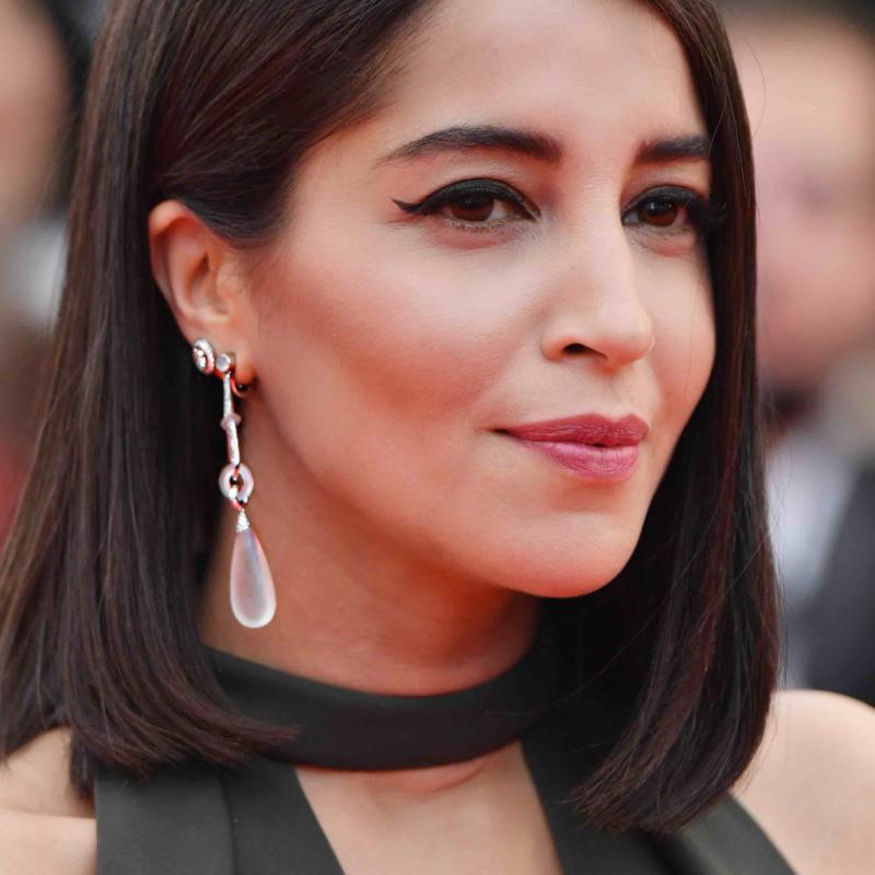 La sublime actrice Leïla Bekhti a foulé le tapis rouge dans une robe noire, accessoirisée avec les pendants d'oreilles 'Gouttes' en cristal de roche et or blanc serti de diamants de Boucheron. Cannes, le 8 mai 2018.