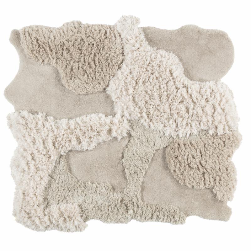 """Les jeux de matières permettent dejouer les contrastes et d'apporter durelief sans avoir recours à la couleur. Cozy en laine et lin. Limited Edition. 1 650€ la pièce de 105 x 172 cm àcombiner. <a href=""""http://www.le.be"""">www.le.be</a>"""