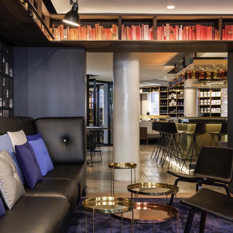 """Le lieu fait indéniablement partie de la nouvelle génération d'hôtels qui bousculent les règles. En mode urbain. Le Ink Hotel est situé dans l'ancien siège du journal De Tijd. Tout y respire donc les clins d'yeux à l'imprimerie ou à la presse. Et l'endroit se vit en mode décontraction. Comprenez le luxe cool qu'on aime et dans lequel on se sent bien.<em>67 Nieuwezijds Voorburgwal,1012 RE Amsterdam, Pays-Bas<br />T. +31 20 627 5900,<a href=""""http://www.sofitel.com/Ink-Hotel"""">www.sofitel.com/Ink-Hotel</a></em>"""