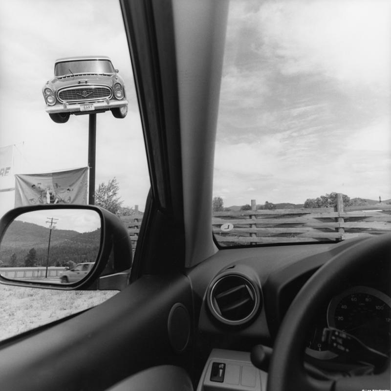 Lee Friedlander, California, série America by Car, 2008. Tirage gélatino-argentique, 51 × 40,5 cm. Courtesy Galerie Fraenkel, San Francisco.<br />© Lee Friedlander, courtesy Fraenkel Gallery, San Francisco.