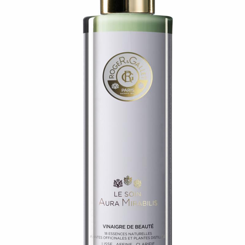 Roger & Gallet fait revivre la légende d'une recette brevetée en 1727! Le vinaigre de beauté pour la conservation du teint aide à éliminer les cellules mortes, lisser la peau et réduire la visibilité des pores. Le Soin Aura Mirabilis, 19,95€ les 200ml.