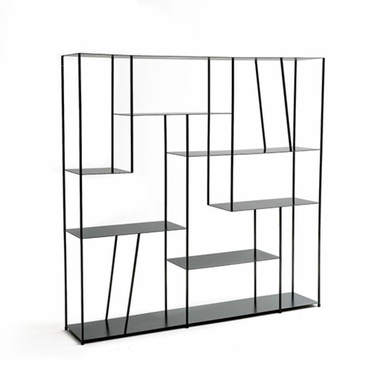 Bibliothèque Kanato en métal laqué noir. 150 x 150 x 30 cm. 499 €.