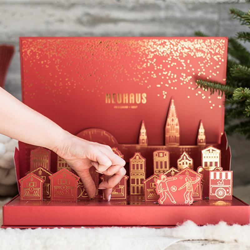 Le calendrier de l'Avent Neuhaus Chocolate Winter Wonderland Pop-up, s'inspire du lieu de naissance de la praline. A Bruxelles, où la magie de la ville opère chocolat après chocolat. 25 pralines qui nous régalent jour après jour.