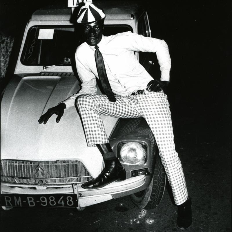 Malick Sidibé, Taximan avec voiture, 1970Tirage gélatino-argentique, 40x 30 cm Courtesy Galerie Magnin-A, Paris © Malick Sidibé.